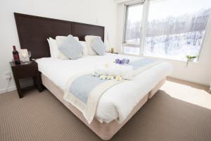 A bed or beds in a room at Alpen Ridge