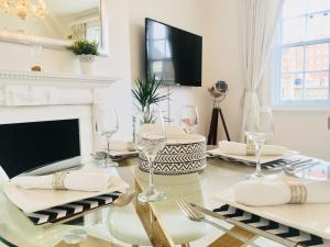 A restaurant or other place to eat at Luxurious London Living