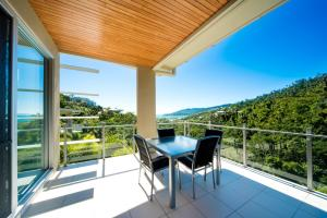 A balcony or terrace at Airlie Summit Apartments