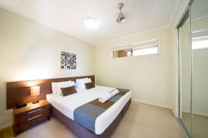 A bed or beds in a room at Airlie Summit Apartments