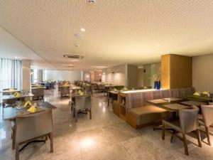 A restaurant or other place to eat at NOB1804 Excelente Flat em Boa Viagem com 2 quartos