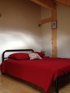 A bed or beds in a room at Au cœur du bois