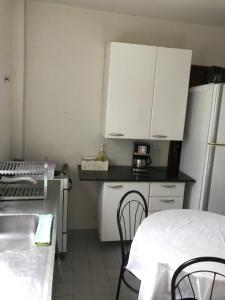 A kitchen or kitchenette at Apt 3 qts proximo ao mar