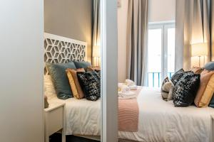 A bed or beds in a room at LxWay Apartments Pedras Negras