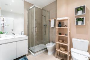 A bathroom at LxWay Apartments Pedras Negras