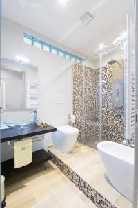 A bathroom at Isola Suite