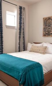 A bed or beds in a room at Guild East 6th at the Indie