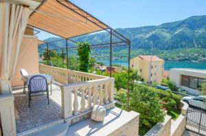 Een balkon of terras bij Apartmani Ćetković
