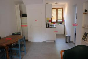 A kitchen or kitchenette at Envies en Lubéron