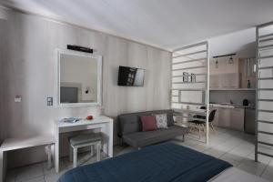 A television and/or entertainment center at Studios Anny Family Hotel