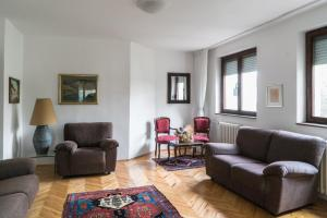 A seating area at Sensitive Apartment