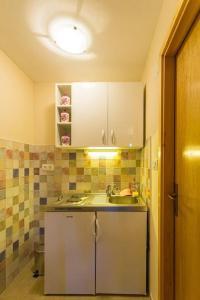 A kitchen or kitchenette at Fresh & spacious studio