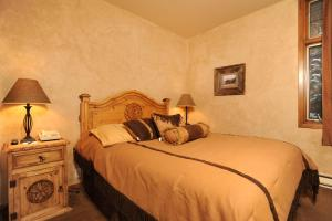 A bed or beds in a room at River Run Village by Keystone Resort
