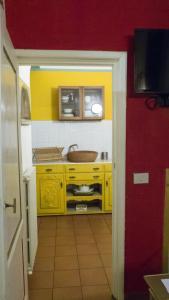 A kitchen or kitchenette at Appartamento Corso dei Tintori by DdV Tourist Apartments