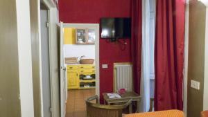 A television and/or entertainment center at Appartamento Corso dei Tintori by DdV Tourist Apartments