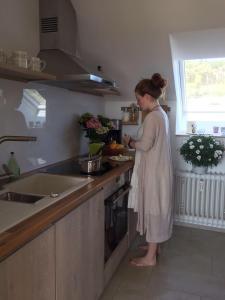 A kitchen or kitchenette at Traumhafte See- und Alpensicht