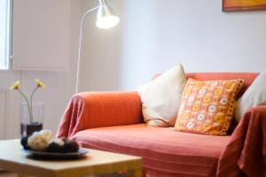 A seating area at Ripoll Apartments
