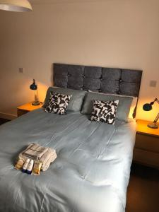 A bed or beds in a room at The Hunter Apartment (Essex)
