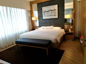 A bed or beds in a room at Somerset Riverview Chengdu