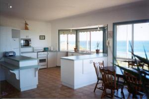 A kitchen or kitchenette at Seaview Holiday House