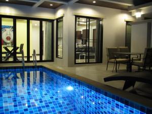 Der Swimmingpool an oder in der Nähe von Baan Ping Tara Tropical Private Pool Villa + Scooter