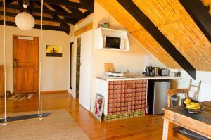 A kitchen or kitchenette at Sundowner Loft