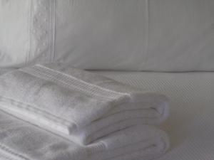A bed or beds in a room at Apartamentos com História