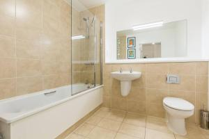 A bathroom at Contemporary and Bright 2 Bed Flat in East London
