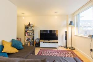 A seating area at Contemporary and Bright 2 Bed Flat in East London