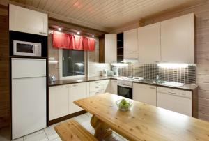 A kitchen or kitchenette at Himosport Apartments