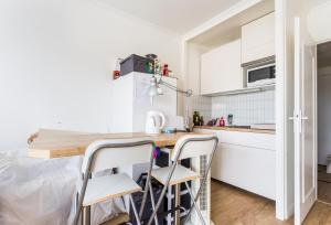 A kitchen or kitchenette at Charming 26m² near Picpus