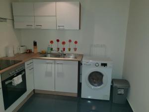 A kitchen or kitchenette at Studio Leopoldstreet