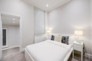 A bed or beds in a room at 2 Bed Flat EARLS COURT-SK