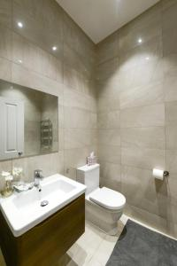 A bathroom at 2 Bed Flat EARLS COURT-SK