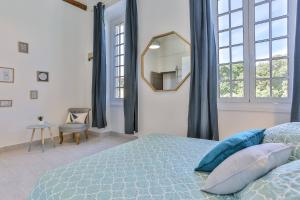 A bed or beds in a room at MY CASA GARIBALDI - 4 bedrooms apartment