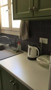 A kitchen or kitchenette at The room under the arch