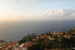 A bird's-eye view of Infinity terrace: entre el cielo y el mar
