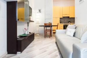 A kitchen or kitchenette at ALTIDO Submarine's Apartment