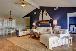 A bed or beds in a room at Boaters Paradise 10Rp Home