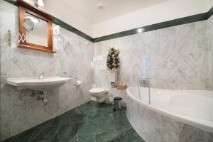 Ванная комната в Brioni Suites