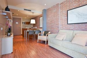 Зона вітальні в Serennia Cest Apartamentos Arc de Triomf