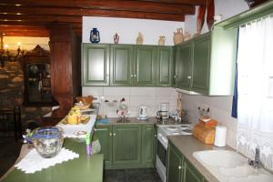 A kitchen or kitchenette at Golden Villa