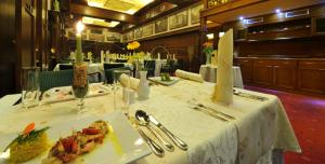 A restaurant or other place to eat at Brioni Suites