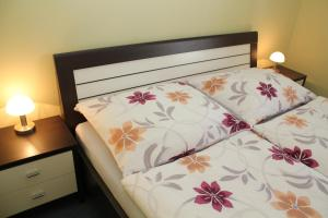 A bed or beds in a room at Sunny Apartments - Schoenbrunn