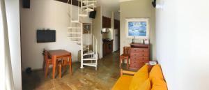 A seating area at Apartamento Duplex Angra Inn
