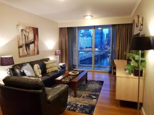 A seating area at Darling Harbour 2 Bedroom Apartment