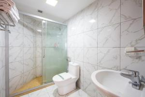 A bathroom at Guangzhou Yicheng Hotel Apartment - Grandview Oriental Branch
