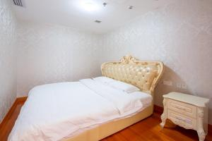 A bed or beds in a room at Guangzhou Yicheng Hotel Apartment - Grandview Oriental Branch
