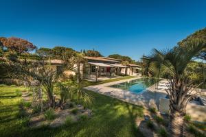 Vue sur la piscine de l'établissement Villa de prestige a Ramatuelle ou sur une piscine à proximité