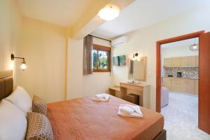 Villa Karydies tesisinde bir odada yatak veya yataklar